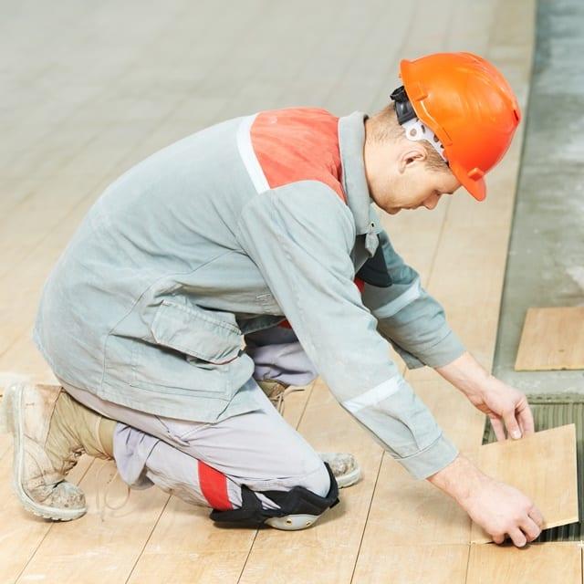 Handwerkliche Berufe sind aufgrund von Zwanghaltungen und Zeitdruck besonders anfällig für Rückenschmerzen.