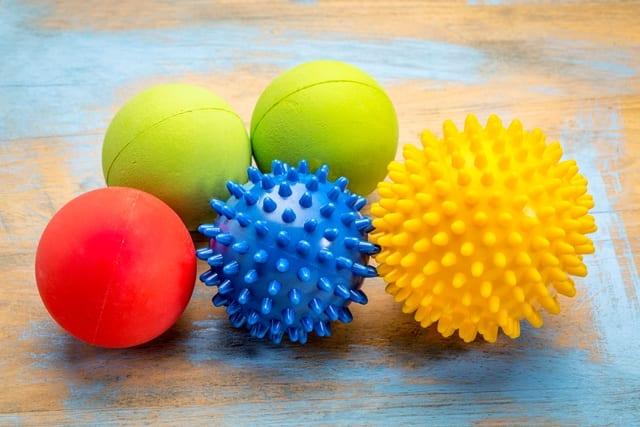 Massagebälle sind in unterschiedlichsten Formen, Farben, Härtegraden und Materialien erhältlich.