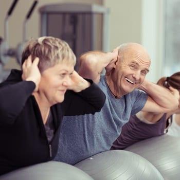 Ein positive Einstellung zum Leben, aktiv sein und am gesellschaftlichen Leben teilnehmen sind die Schlüsselfaktoren um auch im Alter beschwerdefrei im Rücken zu bleiben.