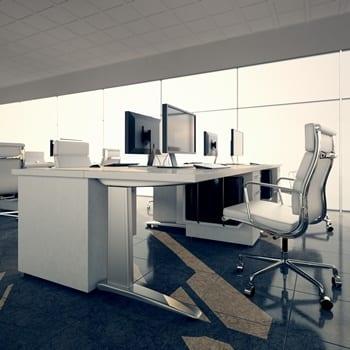Sitzende Berufe bringen gewisse Risiken für Rückenschmerzen mit sich, wenn man Bewegung und Ergonomie am Arbeitsplatz außer acht lässt.